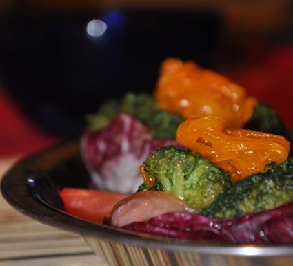 Cestini di radicchio con salmone, cipolla e broccoli